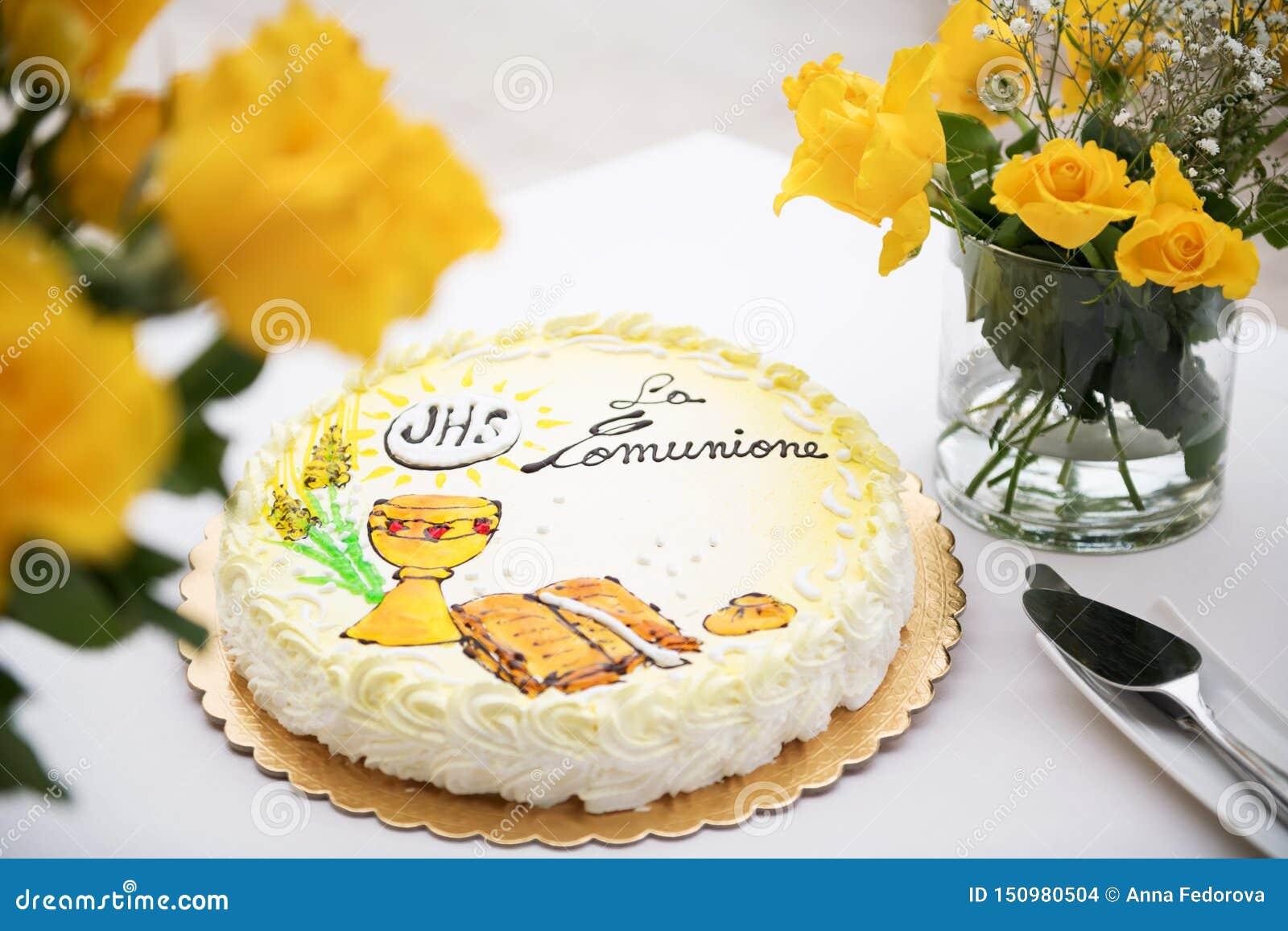 Первая концепция святого причастия, красивый торт с текстом на итальянском: первое святое причастие и желтые розы на белой таблиц