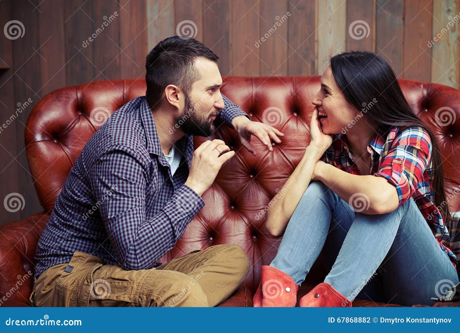 переговор между человеком и женщиной