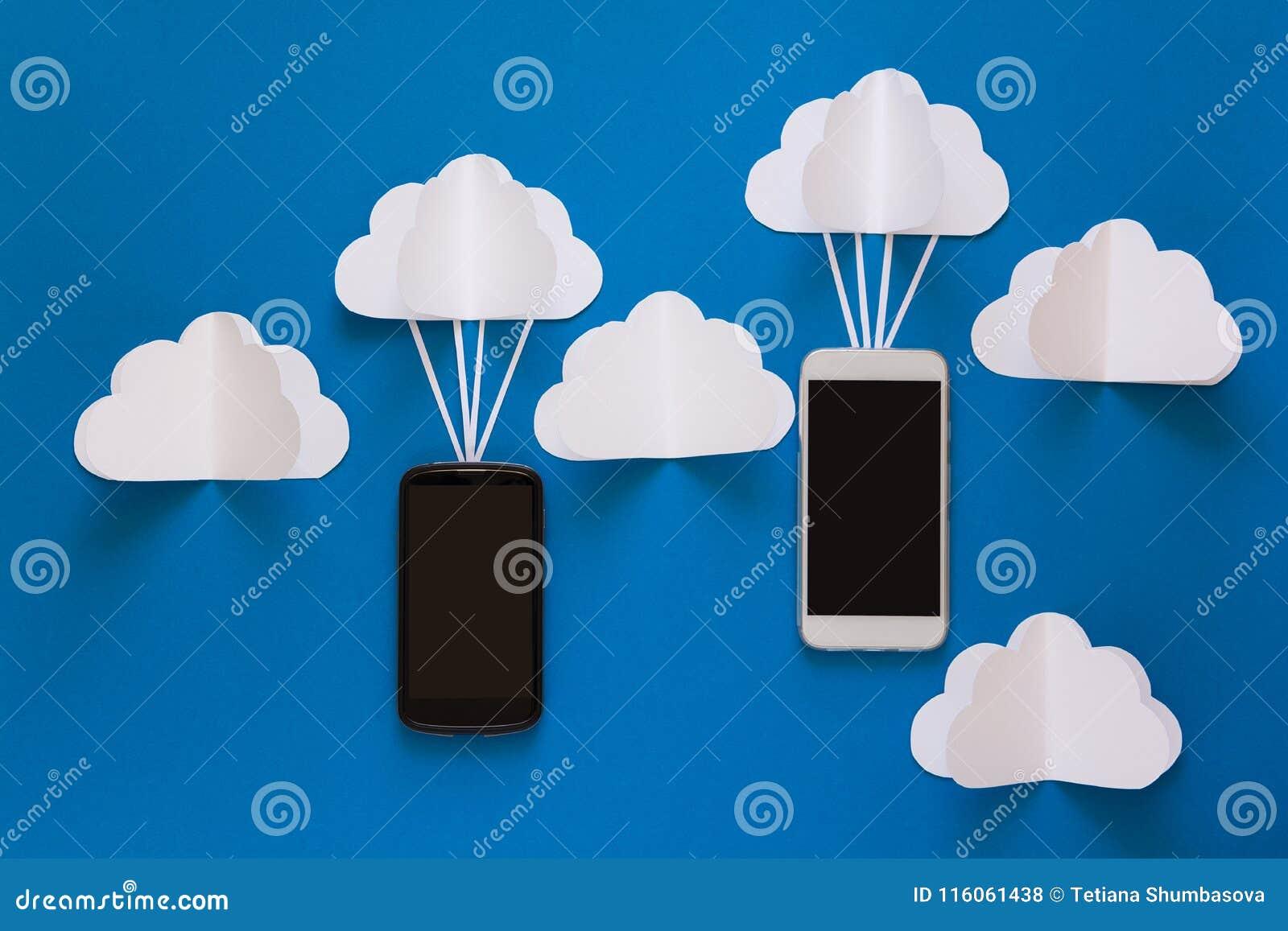 Передачи данных и концепция вычислительной цепи облака Умное летание телефона на бумажном облаке