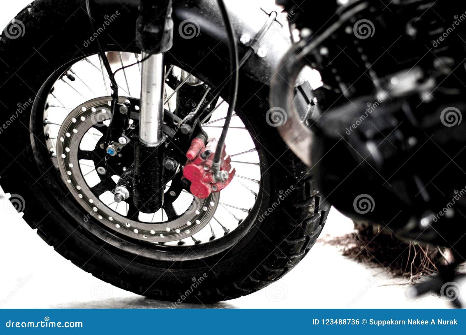 Переднее колесо с тормозом мотоцикла