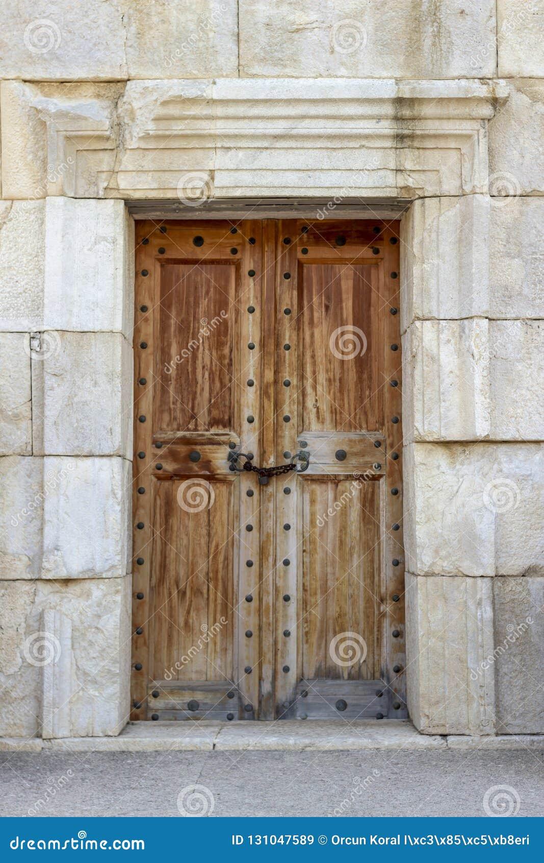 Передний всход старой цивилизации сделал деревянную дверь на историческом каменном здании