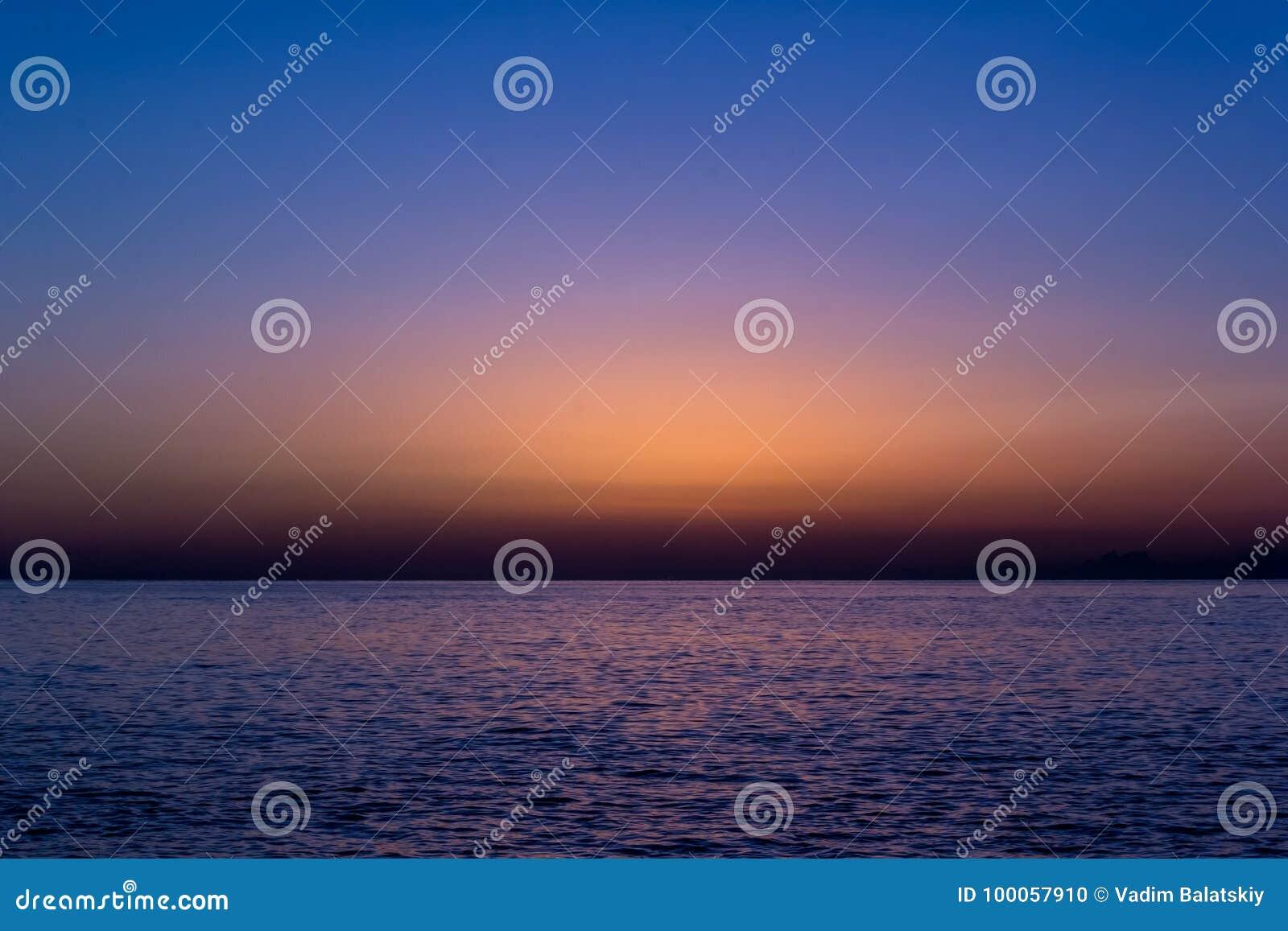 Перед восходом солнца в море