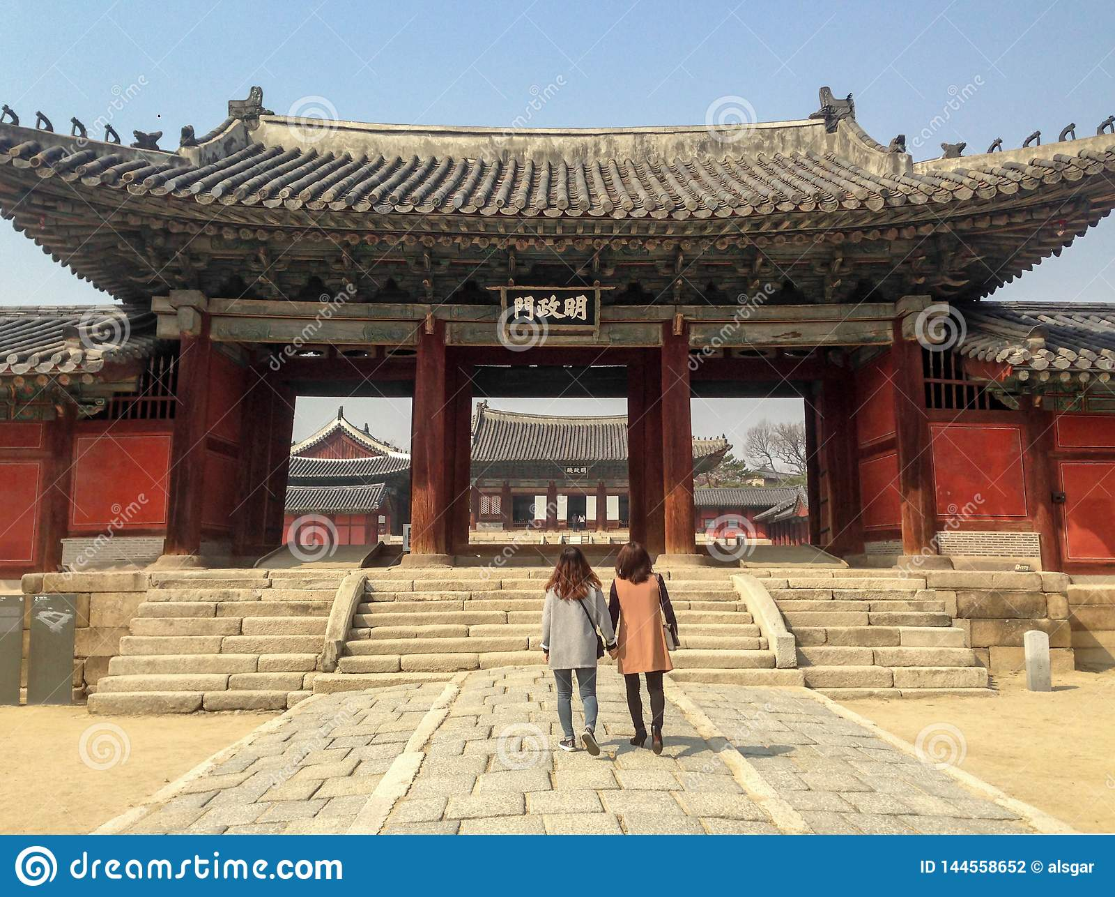 Перед входом центральной площади дворца Changgyeonggung