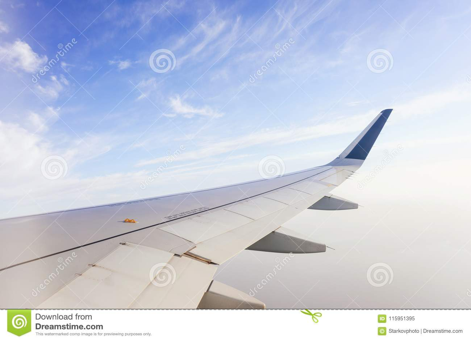 Перемещать плоскостью Взгляд от окна к облакам и голубому небу