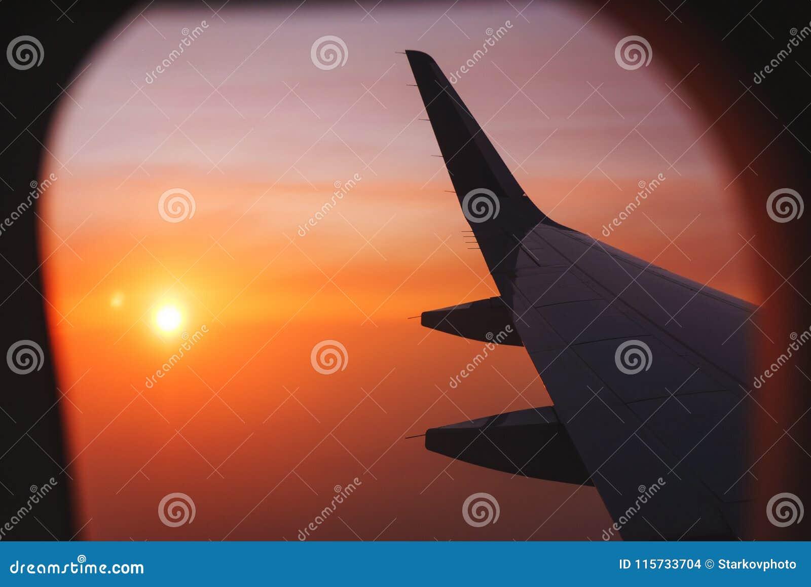 Перемещать плоскостью Взгляд от окна к облакам и рассвету