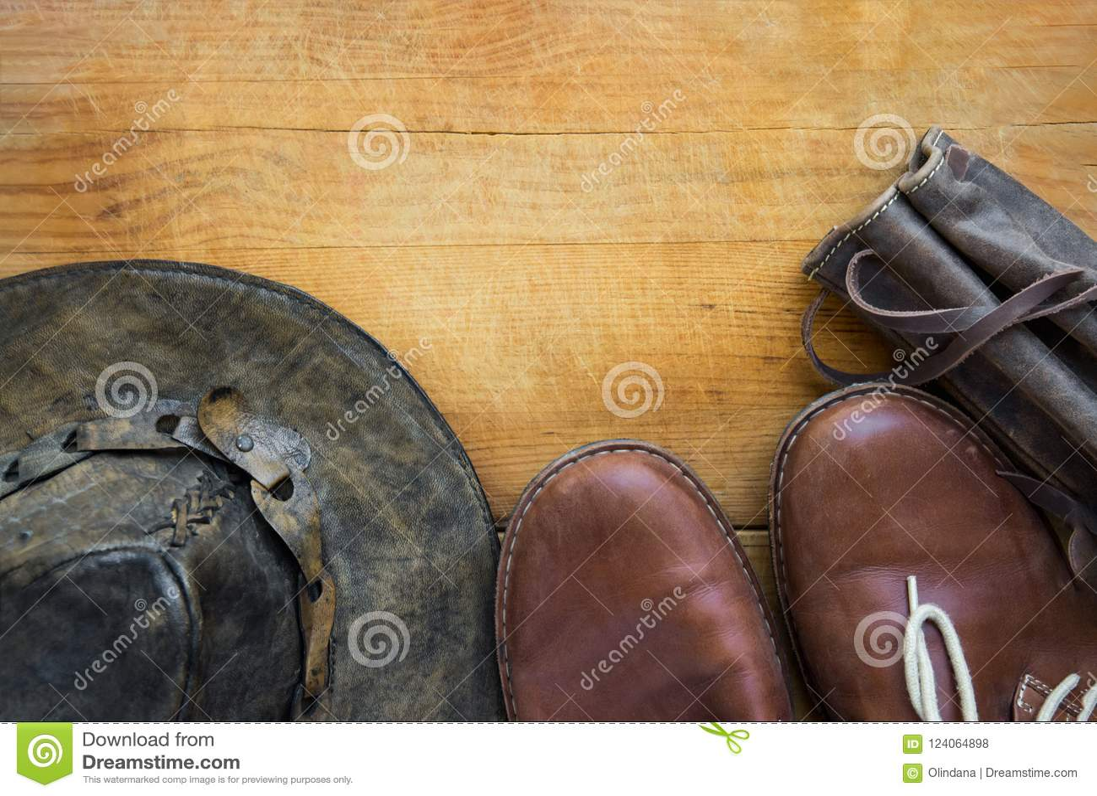 Перемещение битника ` s людей неподдельной кожи и пешее thermoflask ботинок шляпы аксессуаров носят случай на постаретой деревянн