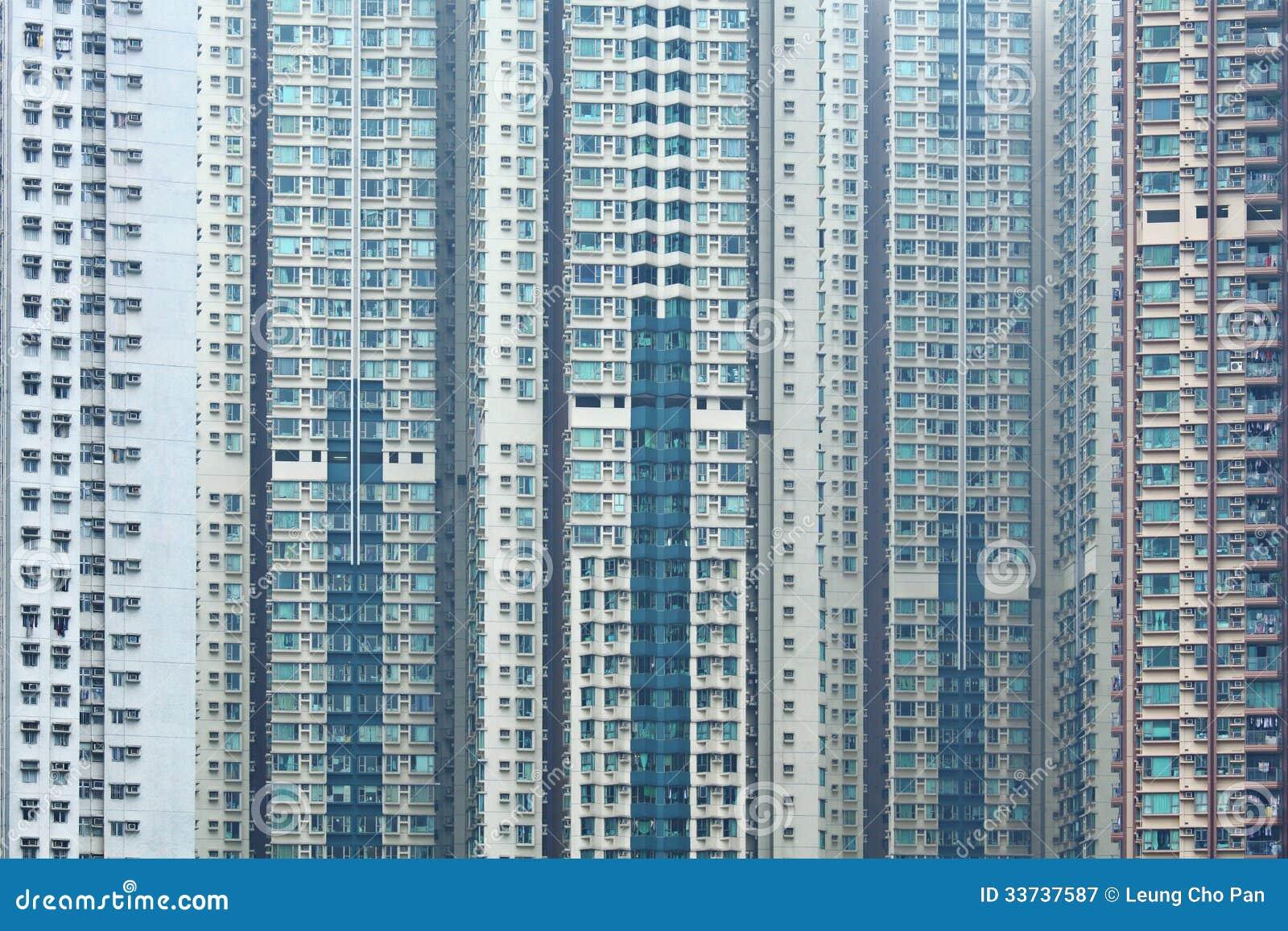 Перенаселенное здание в городе