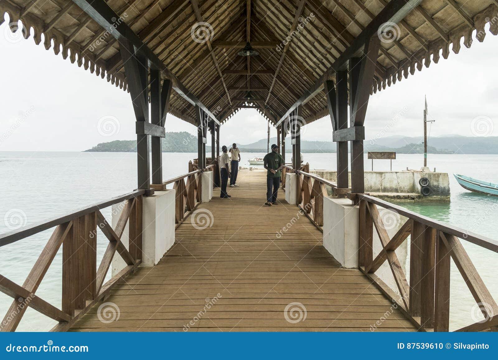 Перенесите для шлюпок на тропическом острове Sao Tome Африки