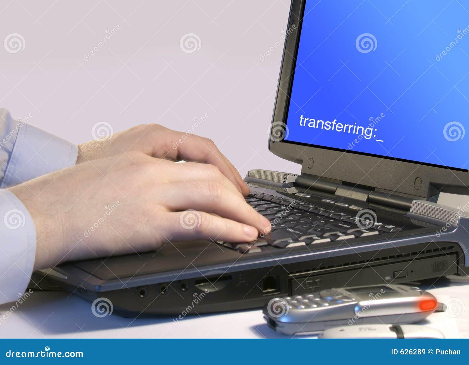 Download переносить компьютера стоковое изображение. изображение насчитывающей руки - 626289