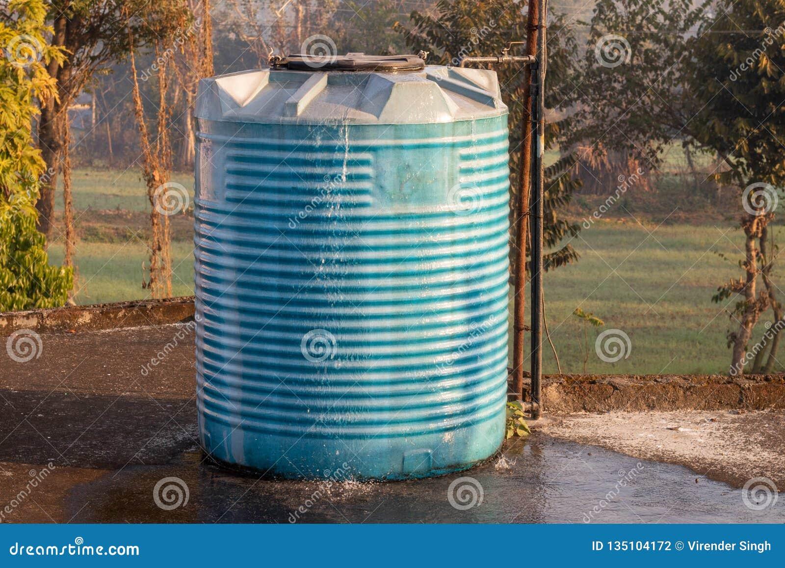 Переполнять цистерны с водой, приспособленный в дом