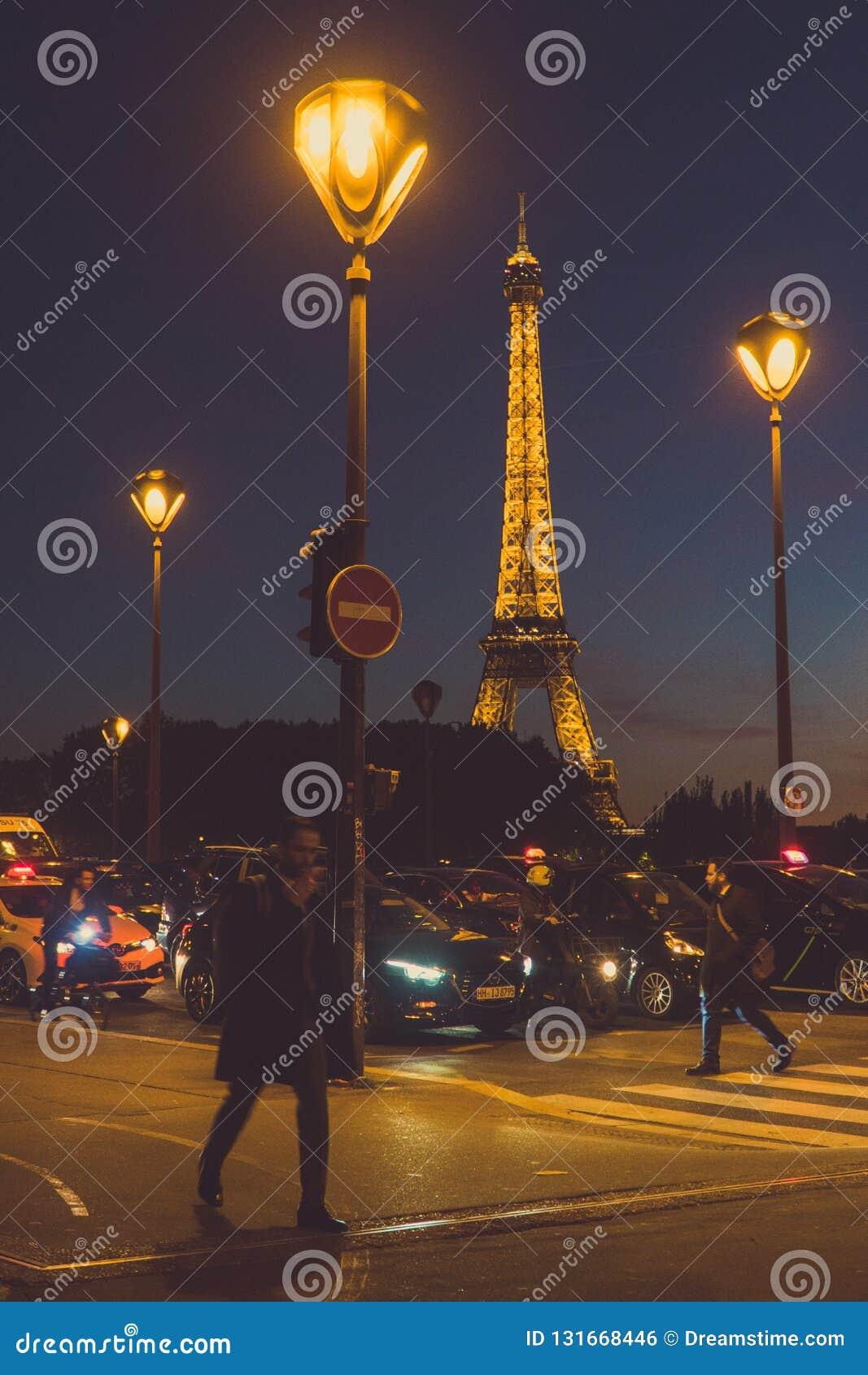 Пересекая улица в Париже