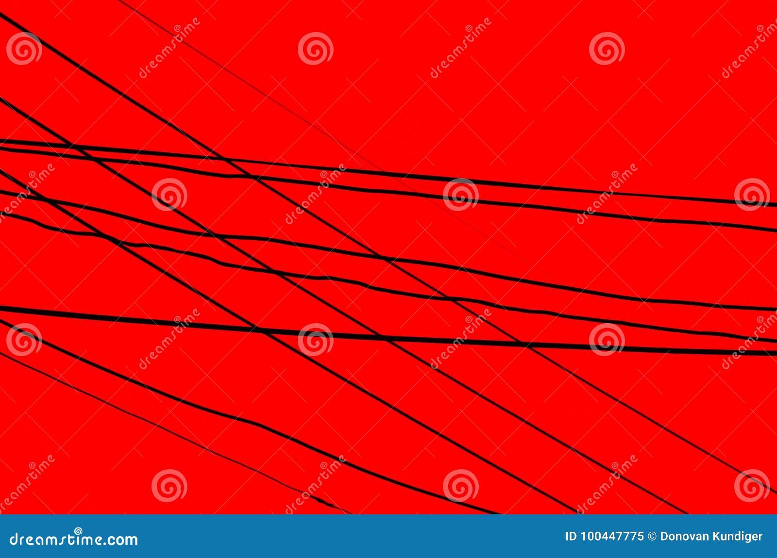 Пересеченные провода над темнотой - красной предпосылкой