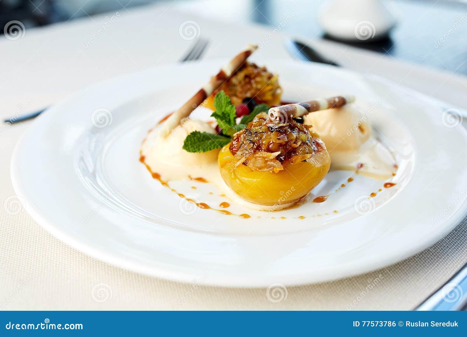 Персик с завалкой гайки и мороженым ванили