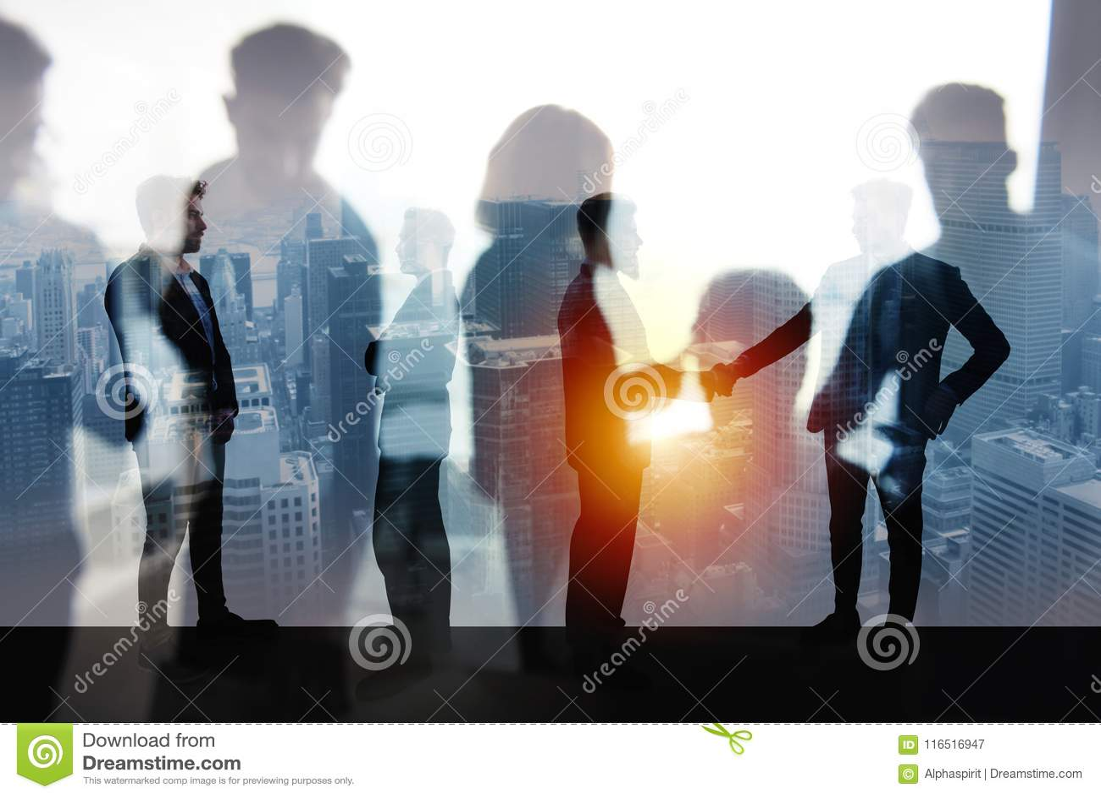 Персона дела Handshaking в офисе Концепция сыгранности и партнерства двойная экспозиция