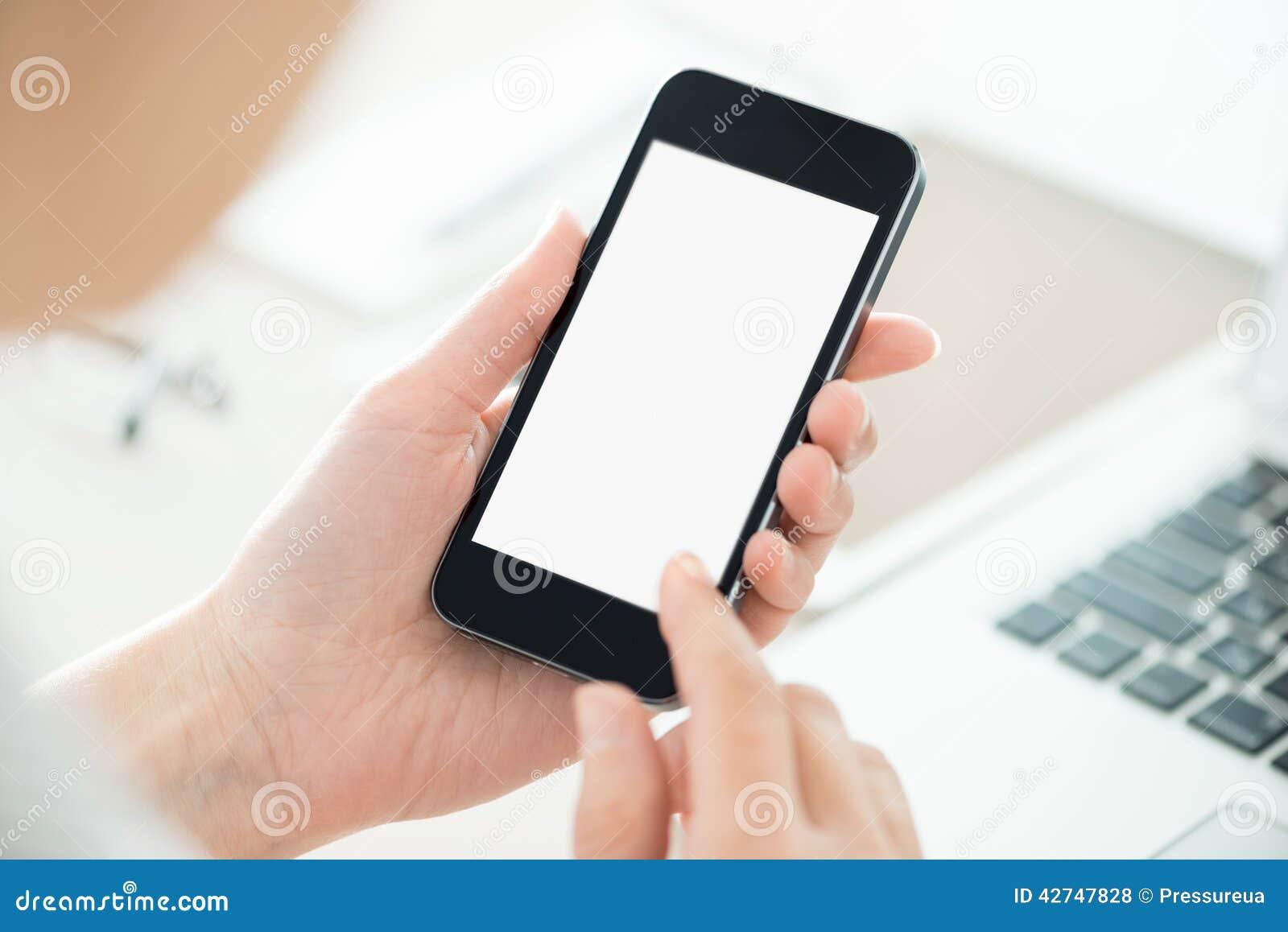 Персона держа smartphone с пустым экраном