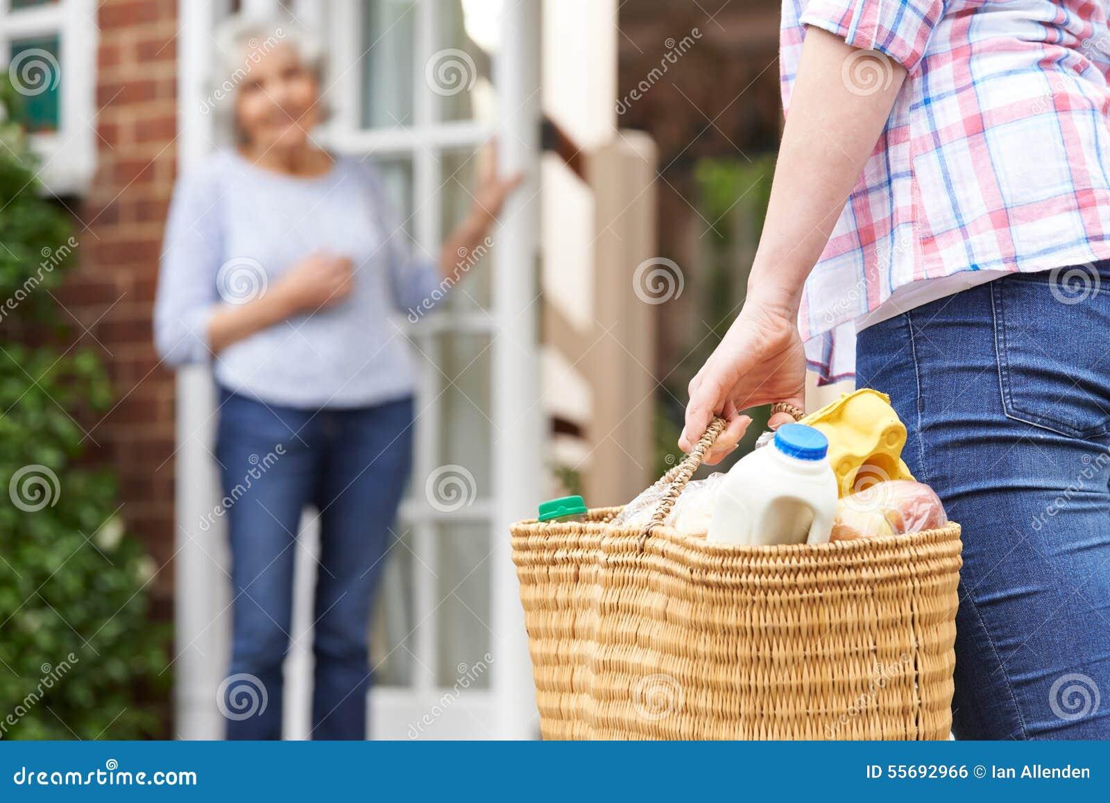 Персона делая покупки для пожилого соседа