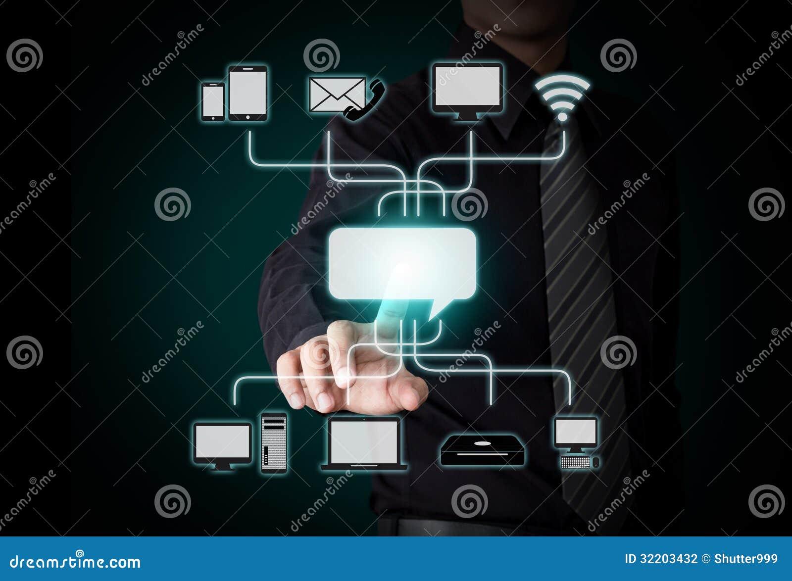 Персона дела нажимая значок на интерфейсе экрана касания