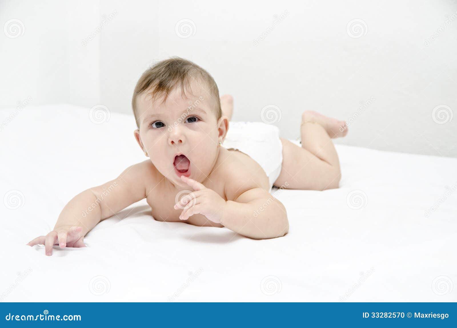 Перст милого младенца сдерживая