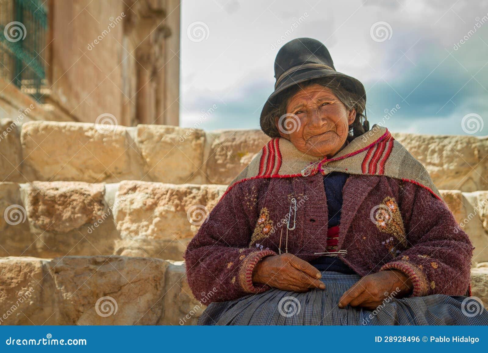 Перуанская индийская женщина в традиционном платье