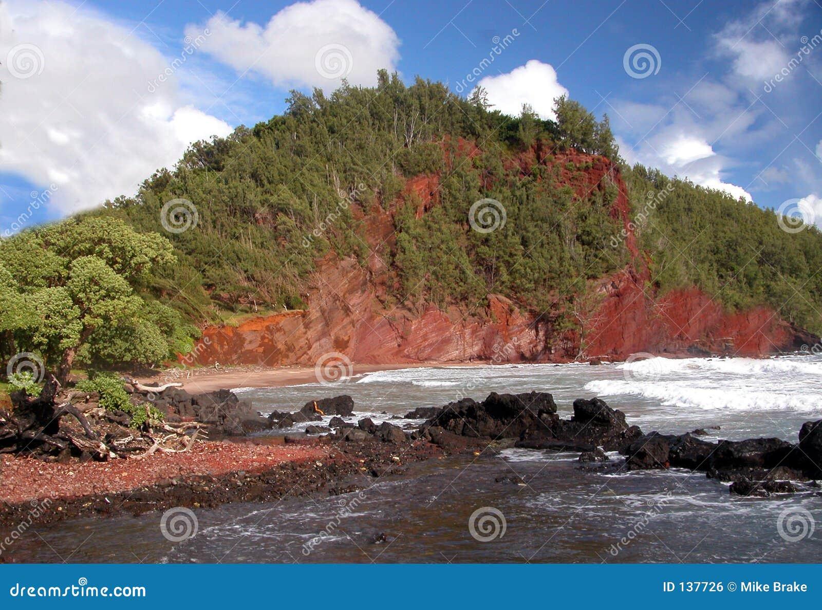 песок красного цвета пляжа