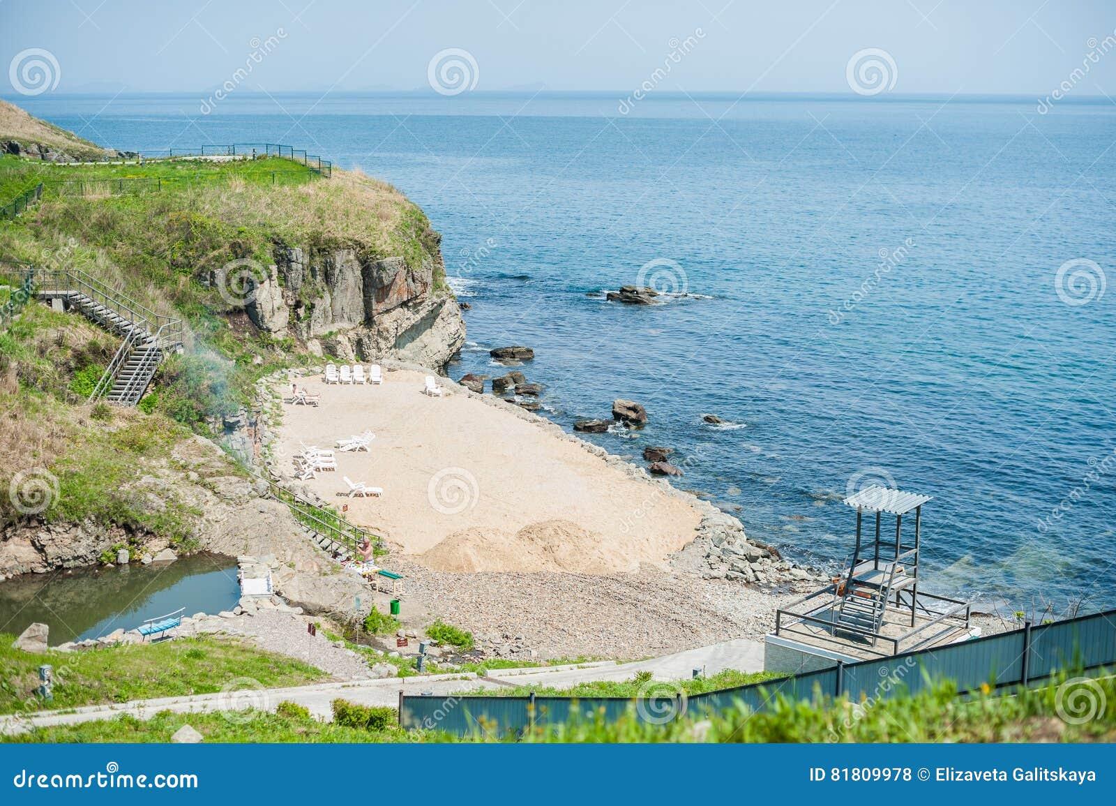 песок на скалистом пляже