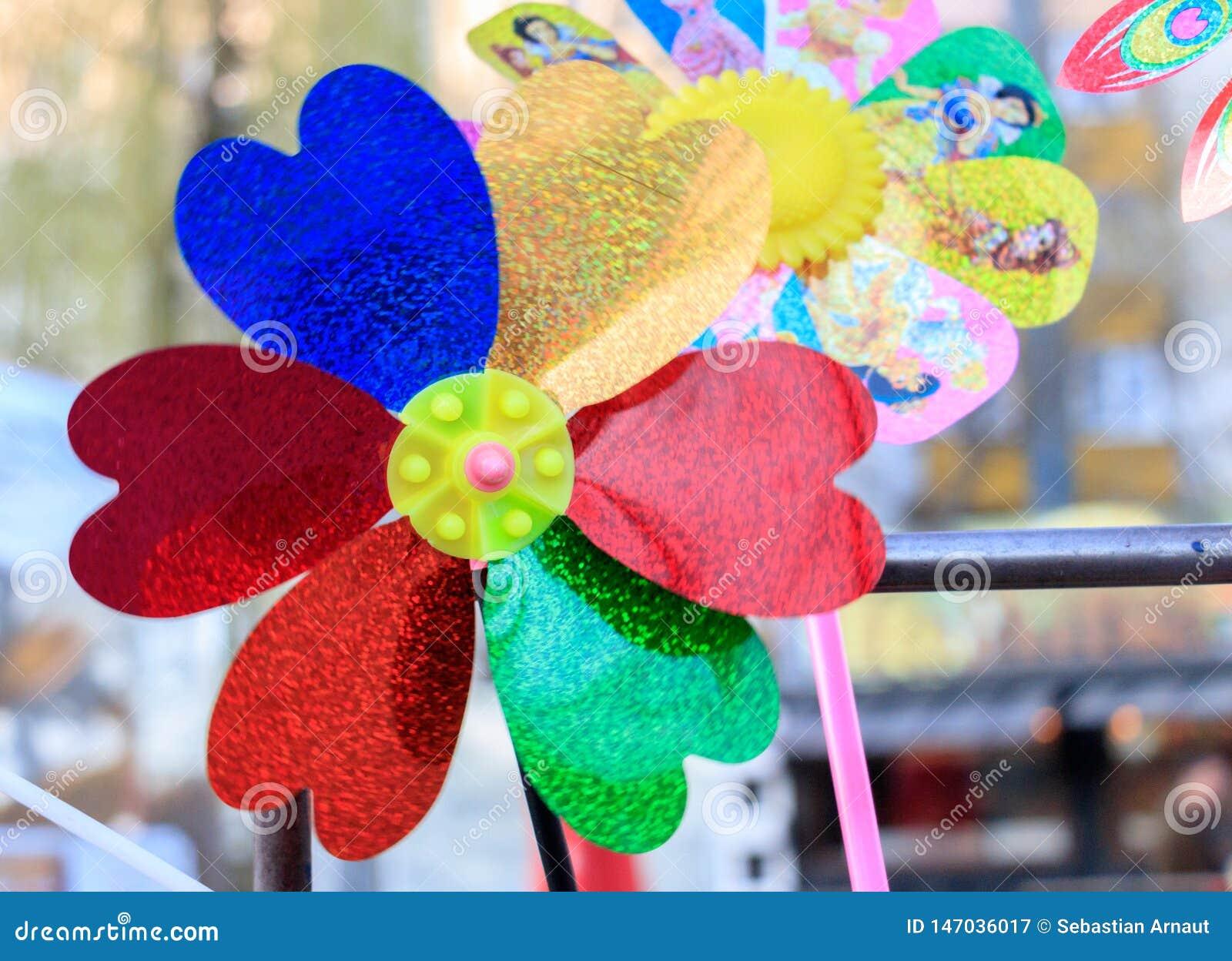 Пестротканая игрушка pinwheel с цветком на пляже