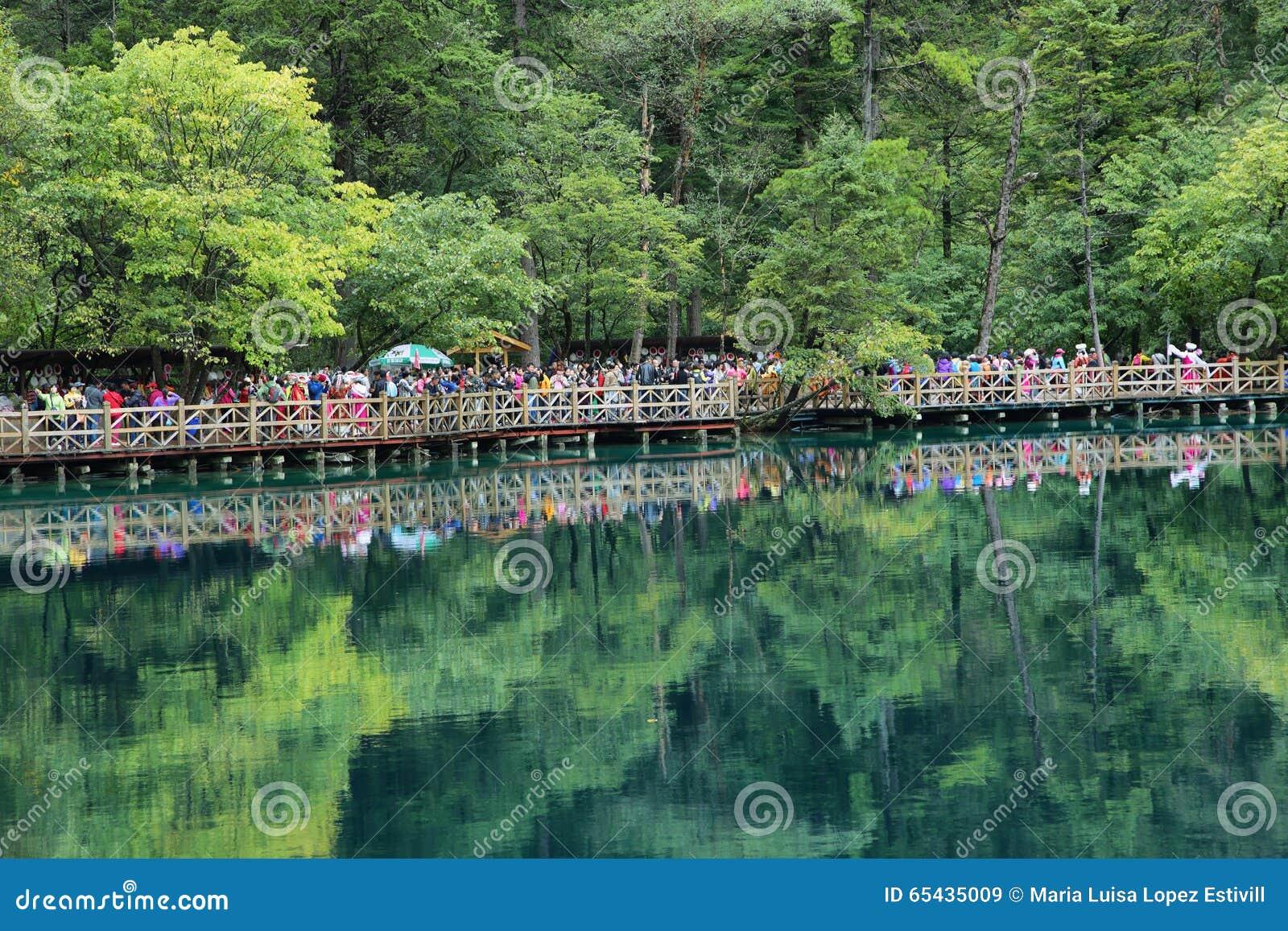 Пестротканое озеро i в Jiuzhaigou, Китае, Азии