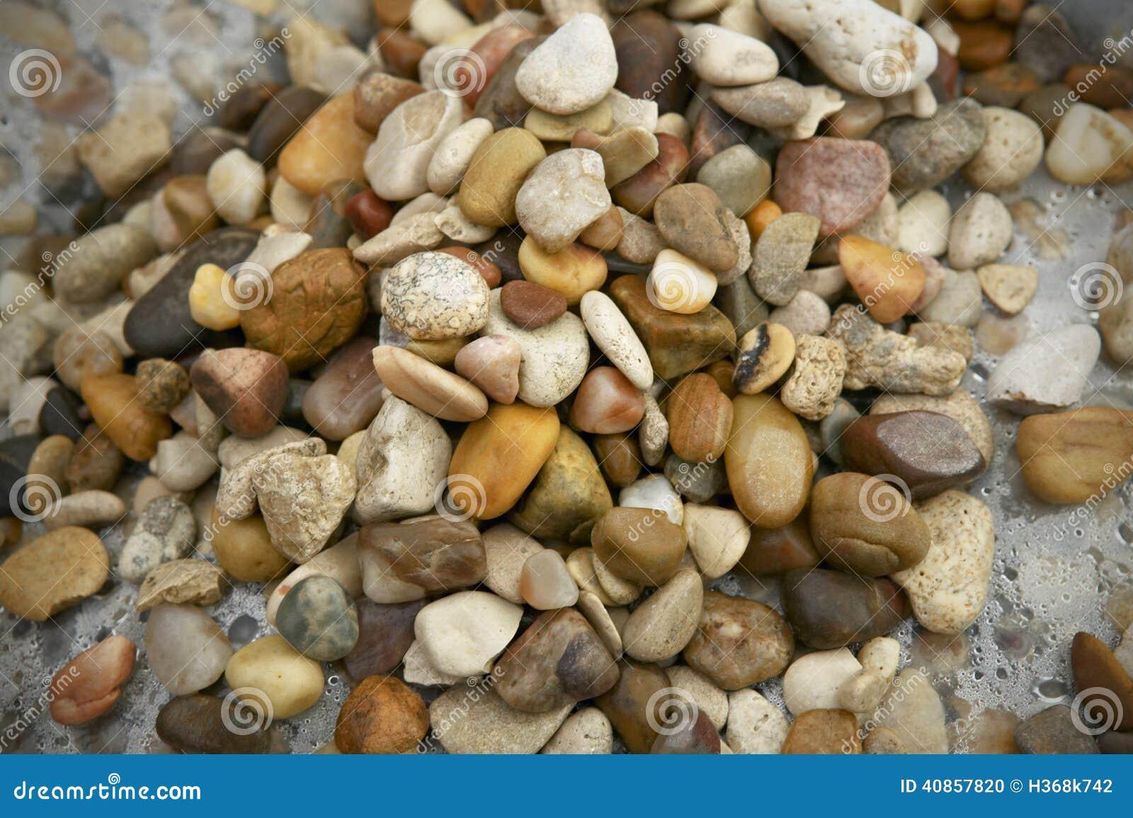 Пестротканые влажные камни после дождя