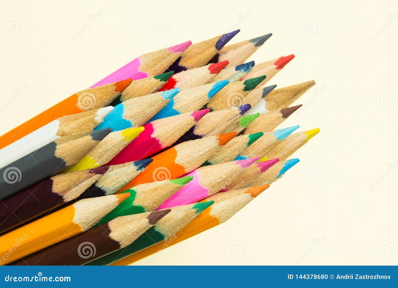 Пестротканые карандаши в группе
