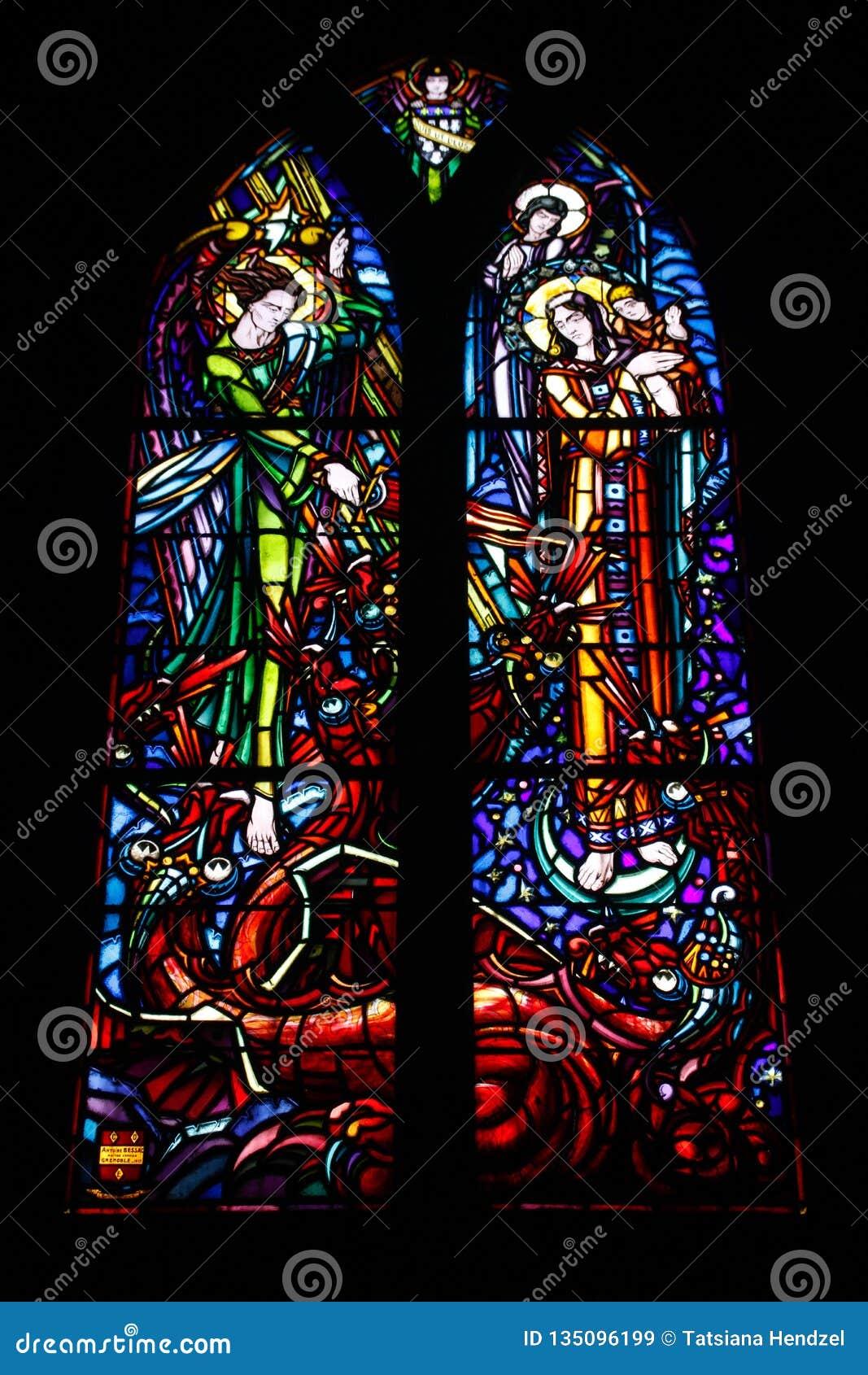 Пестротканые красивые витражи в главном готическом соборе Франции