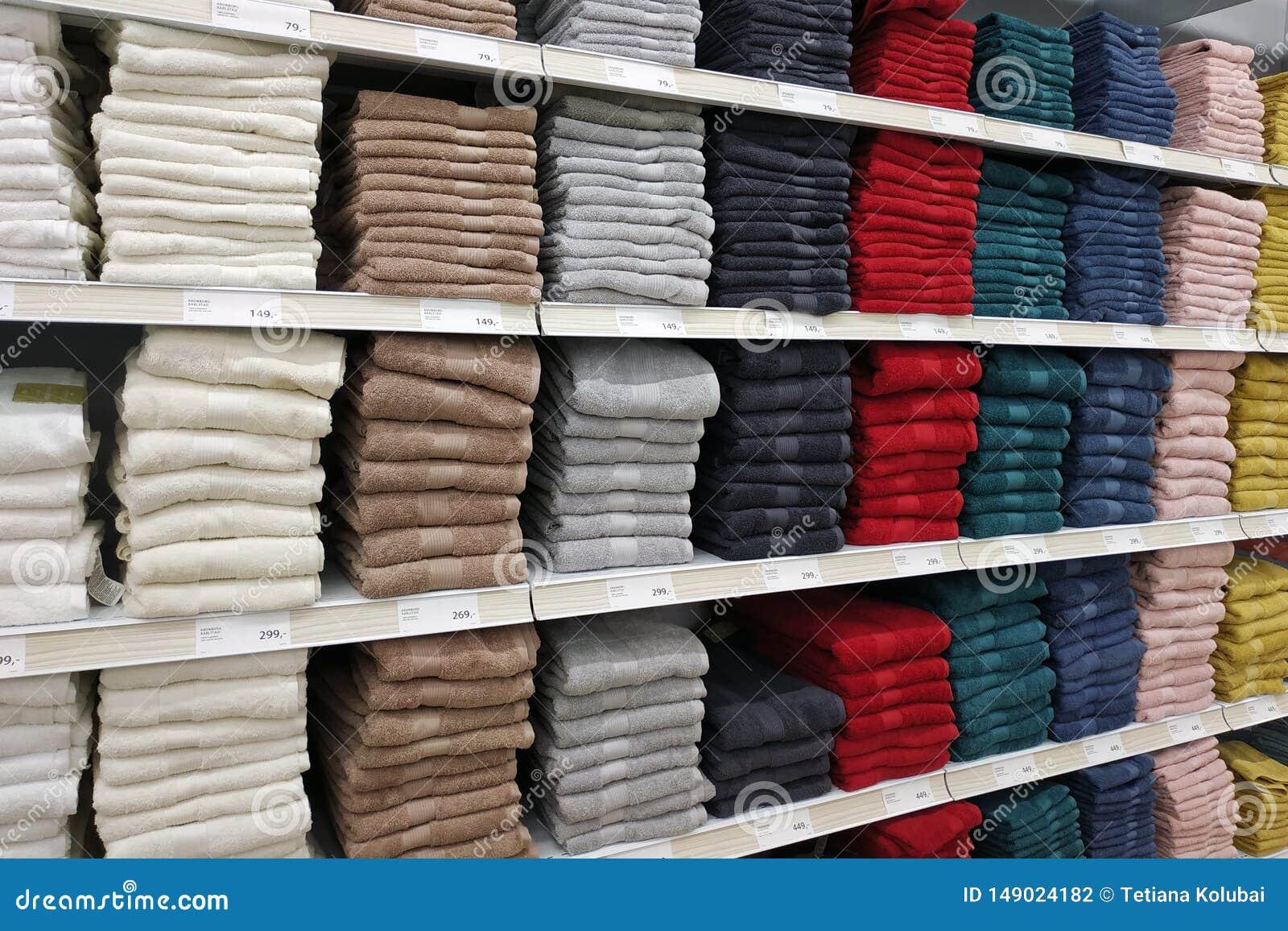 Пестротканые полотенца на витринах магазина