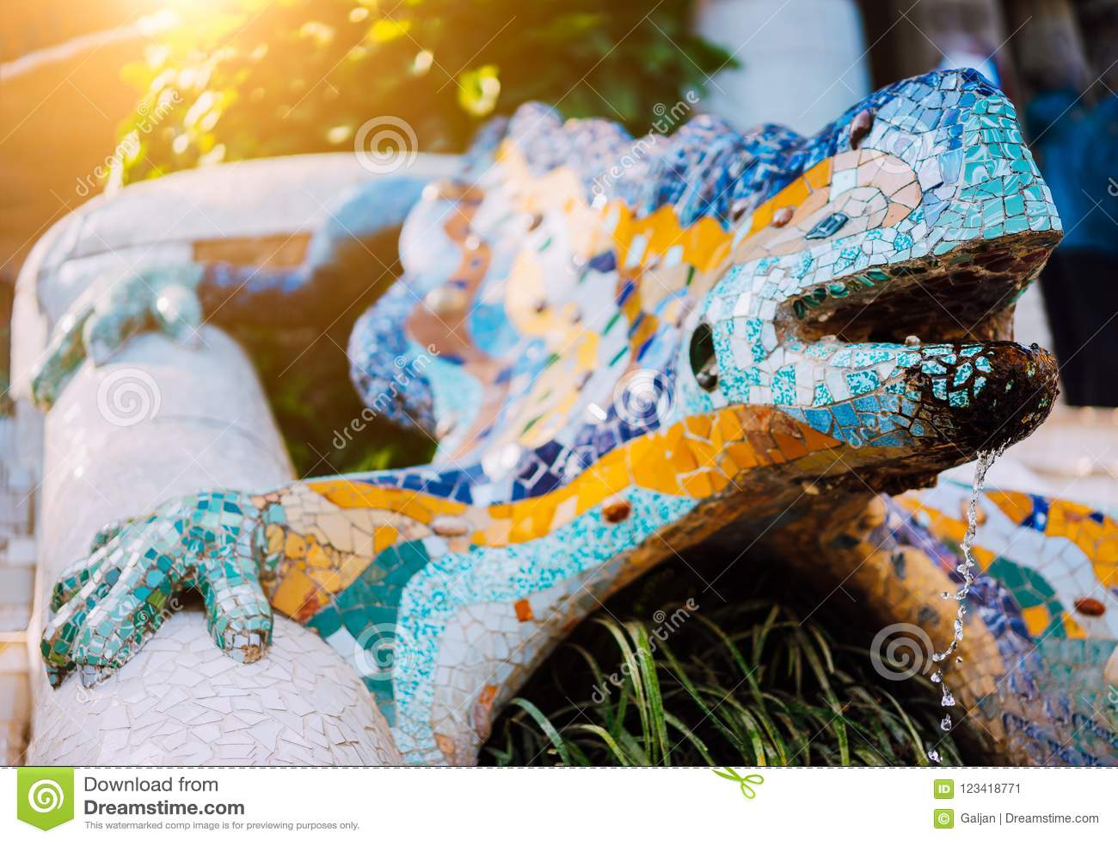Пестротканый саламандр El Drac мозаики, парк Guell, Барселона, Каталония, Испания, Европа