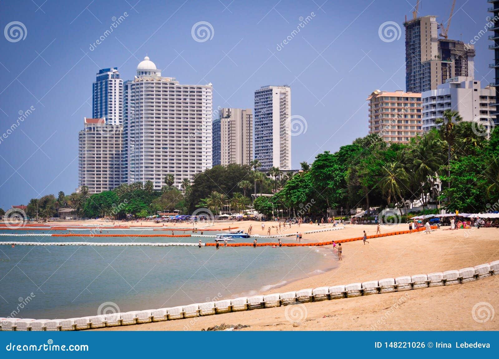 Песчаный пляж и вид на море высотных зданий в Паттайя, Таиланде