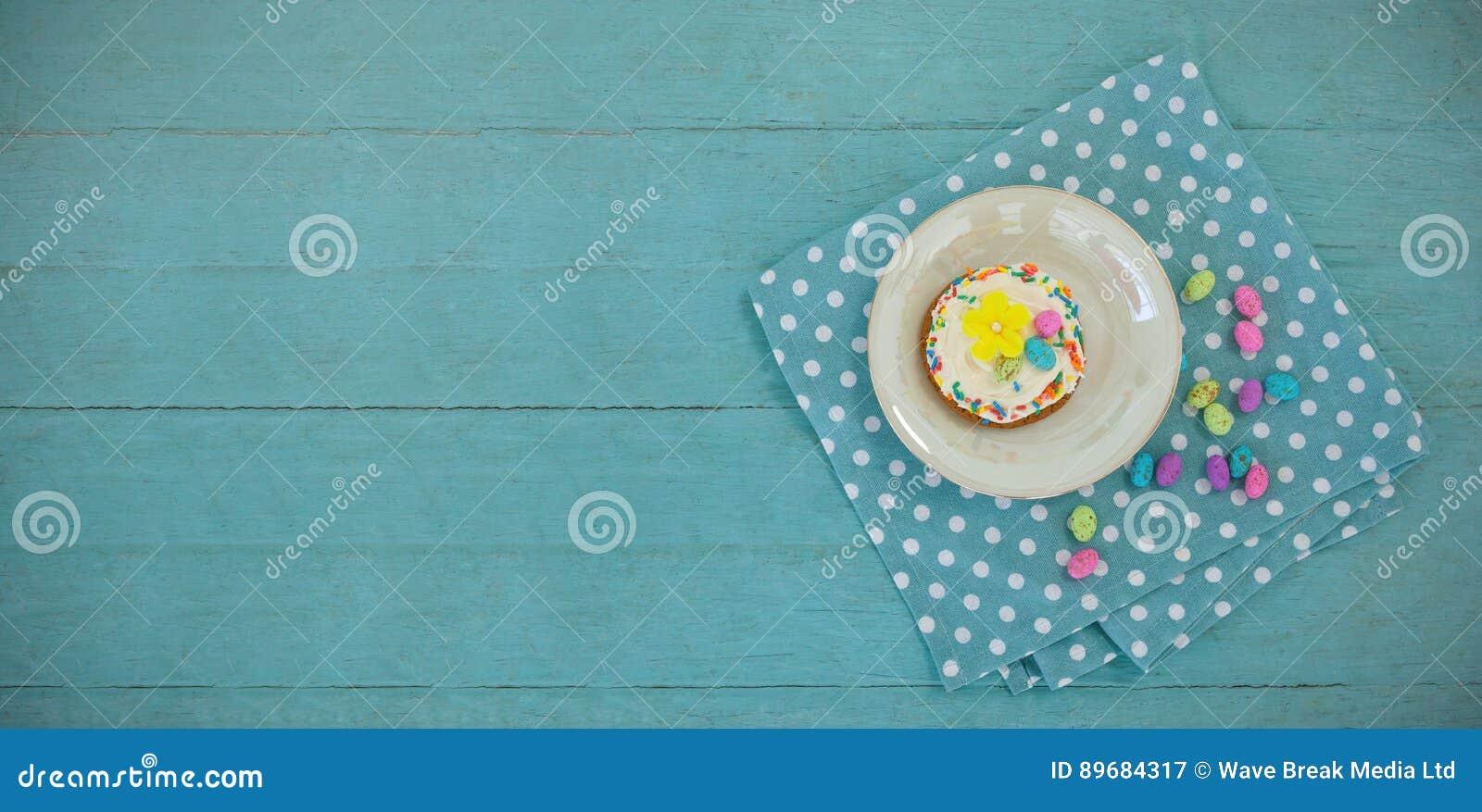 Печенье, который служат с шоколадами в подносе