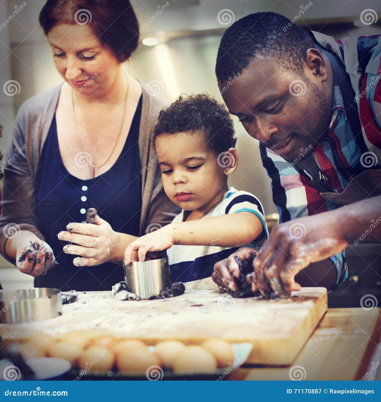Печенье печет концепцию отдыха открытия десерта ребенка хлебопекарни