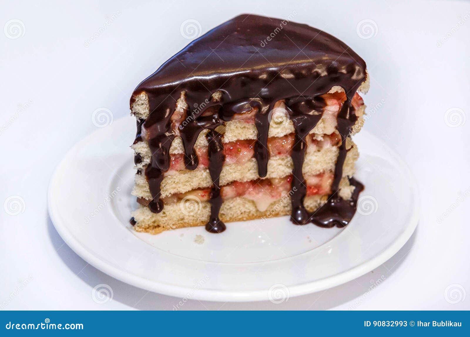 Печенье с ягодой заполняя и cream, на белой плите и горячем шоколаде