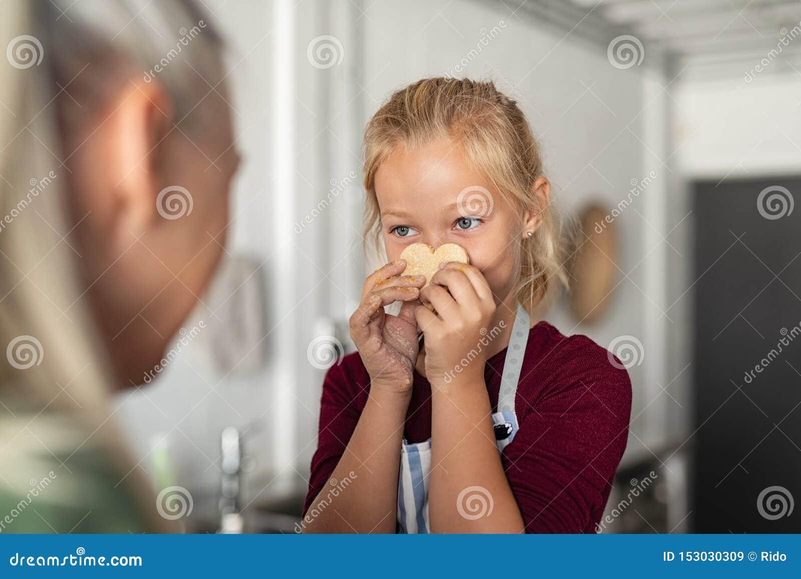 Печенье удерживания девушки со смешной стороной