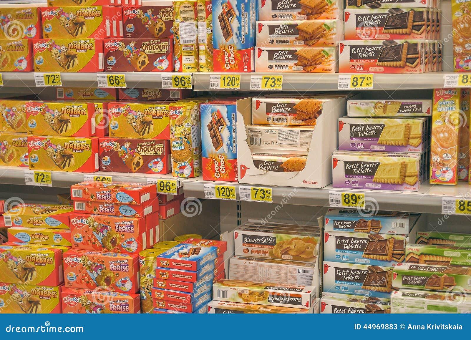 Печенья на полках супермаркета