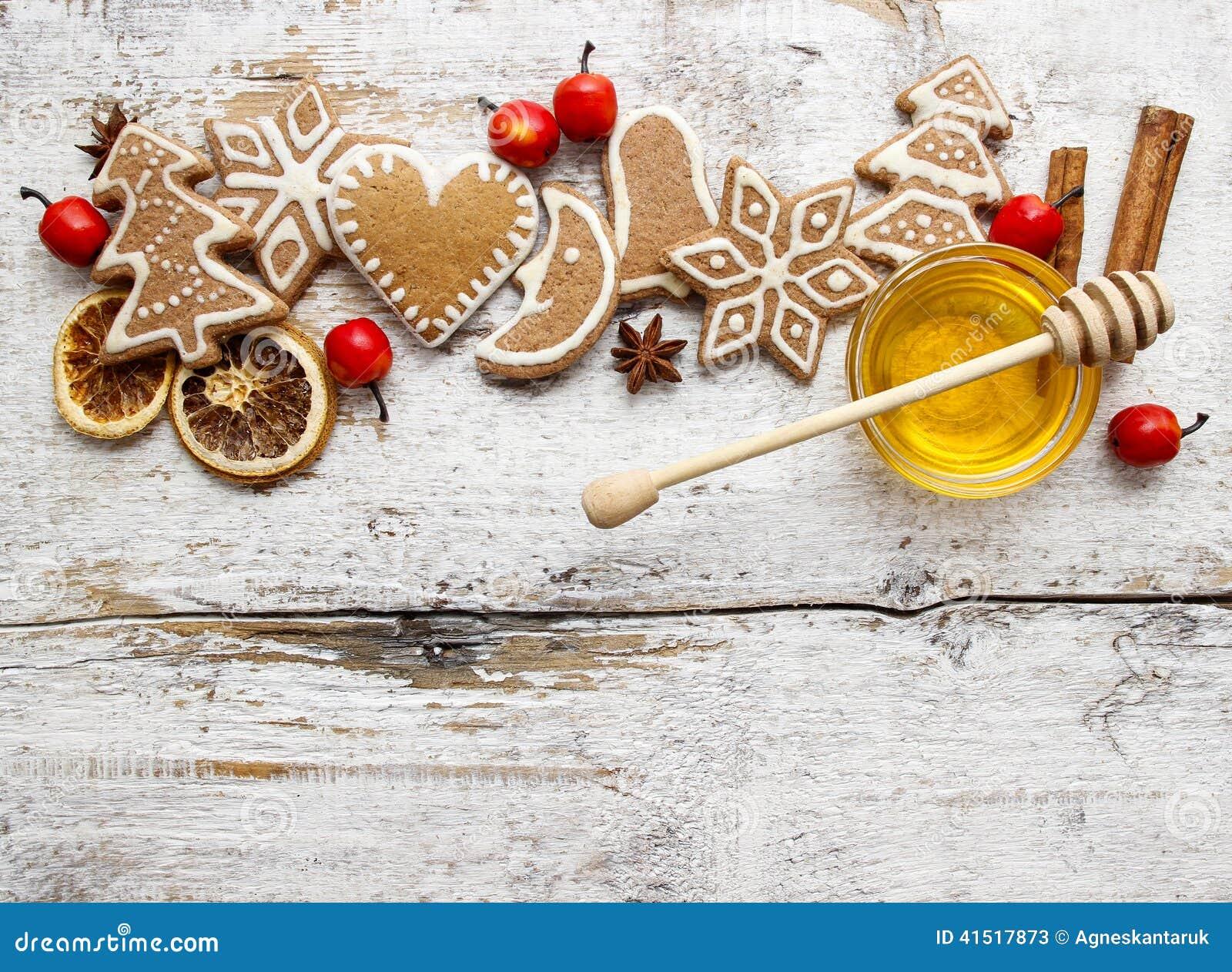 Печенья рождества пряника и шар меда на деревянном столе
