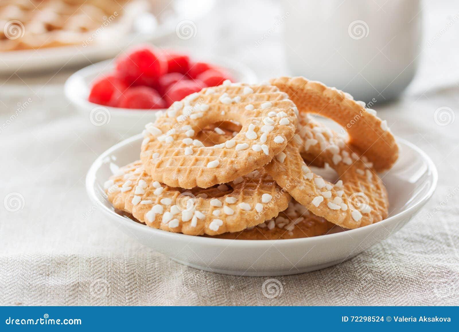 Download Печенья с сахаром падают на белую плиту с полениками на предпосылке на Linen ткани Стоковое Фото - изображение насчитывающей еда, старье: 72298524