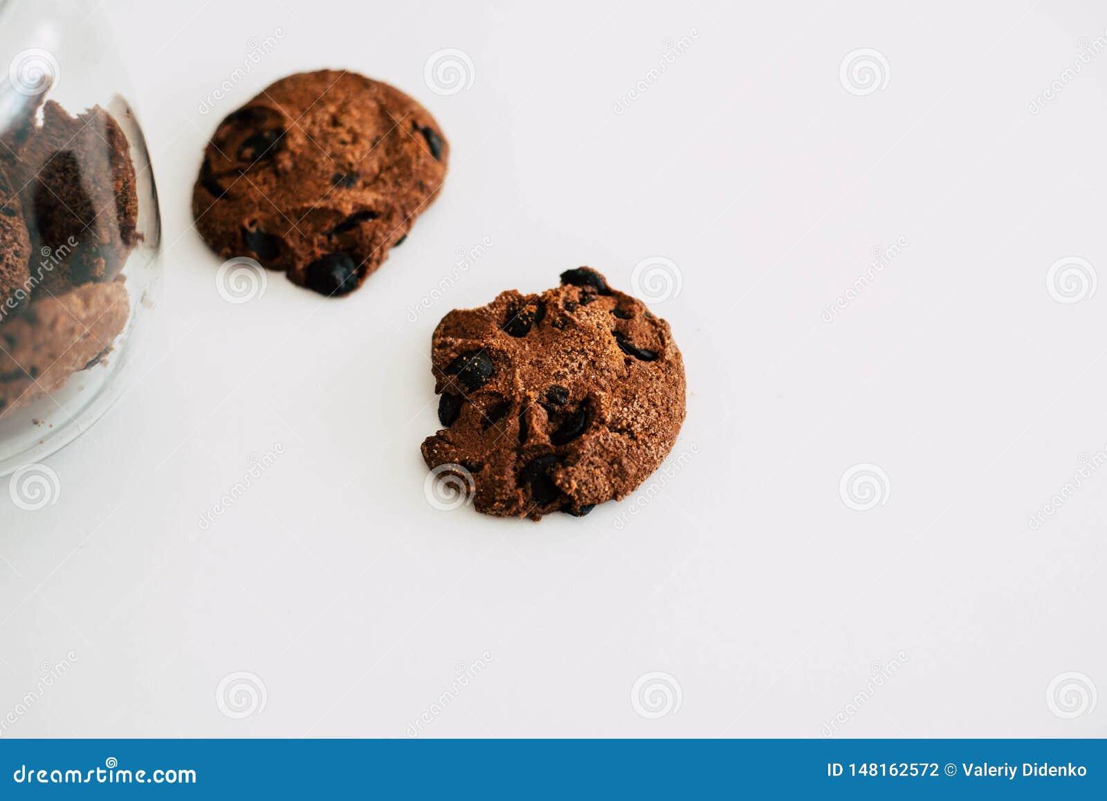 Печенья с шоколадом на белой предпосылке