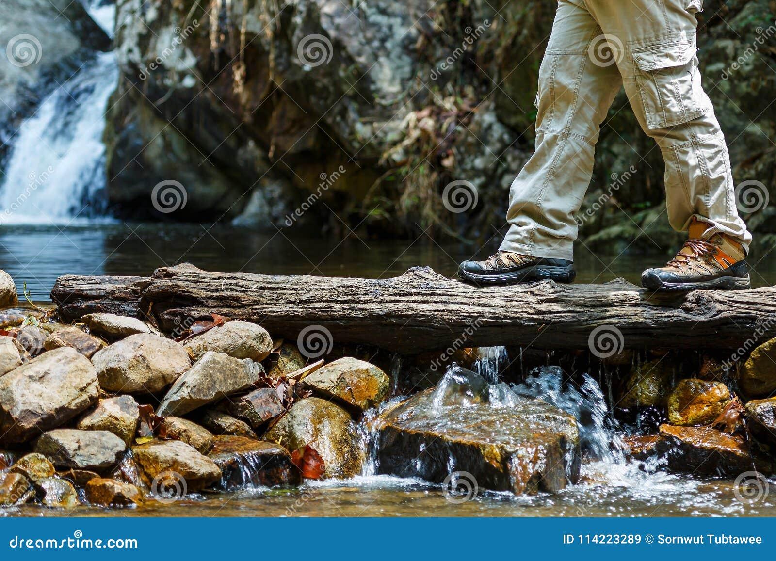Пешее приключение концепции образа жизни перемещения, пересекает поток