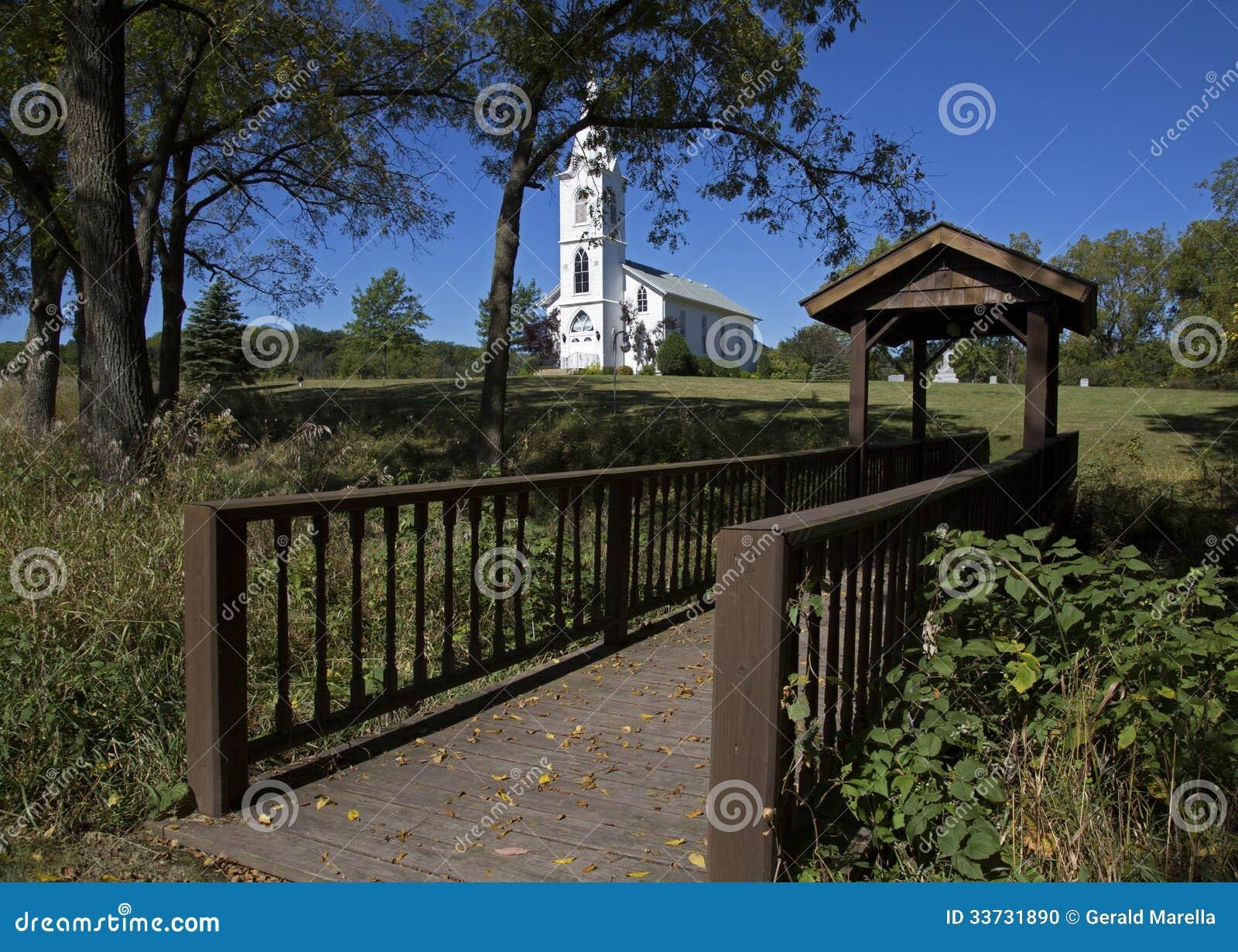 Пешеходный мост и белая церковь.