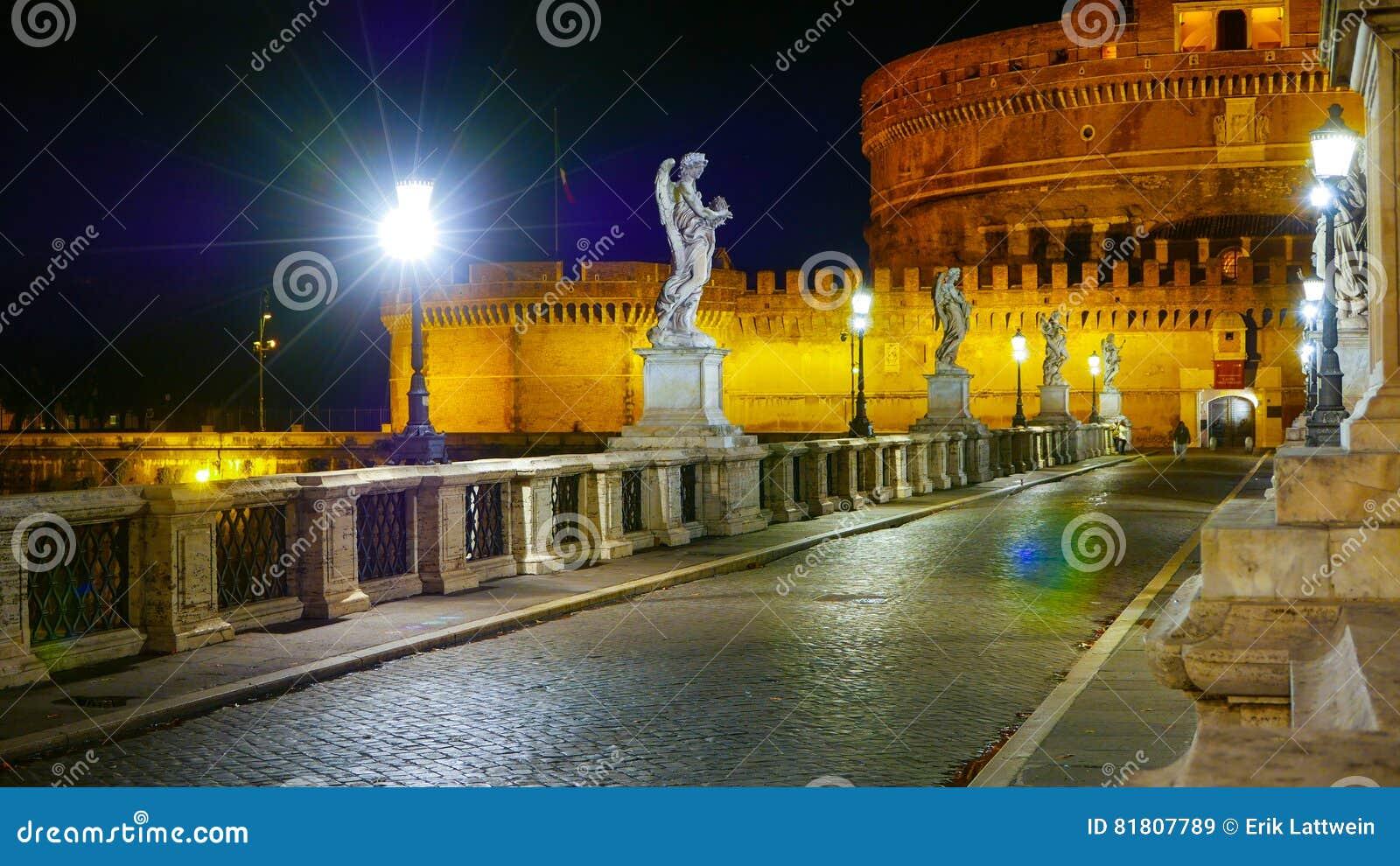 Пешеходный мост к ангелам рокирует - известное Castel Sant Angelo в Риме