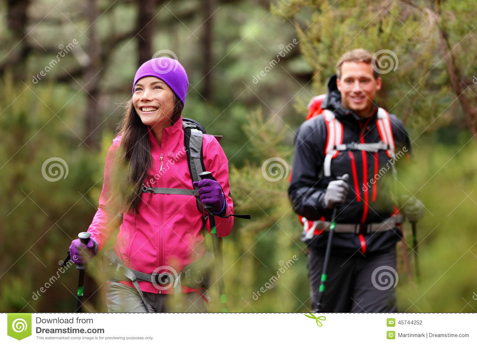 Пешие люди - hikers trekking в лесе на походе