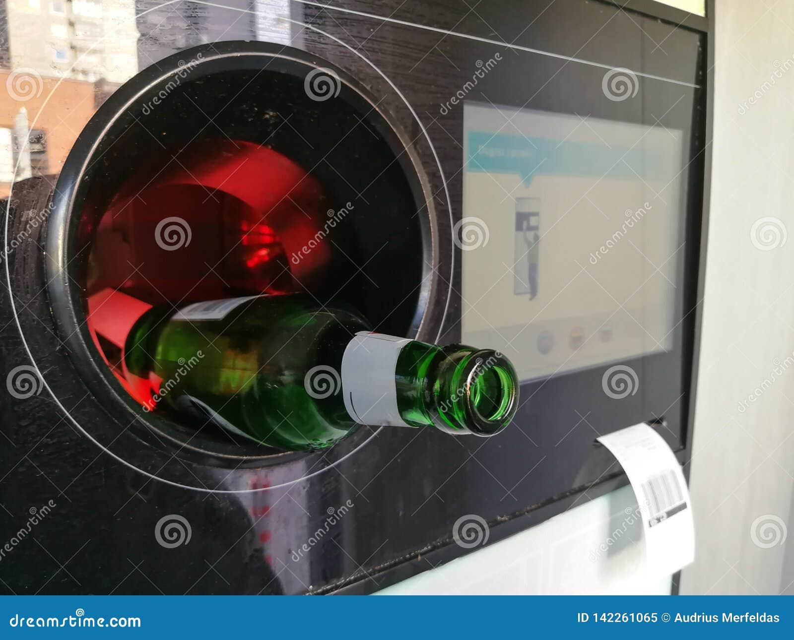 Пивная бутылка введенная в автоматический обратный автомат для повторно использовать