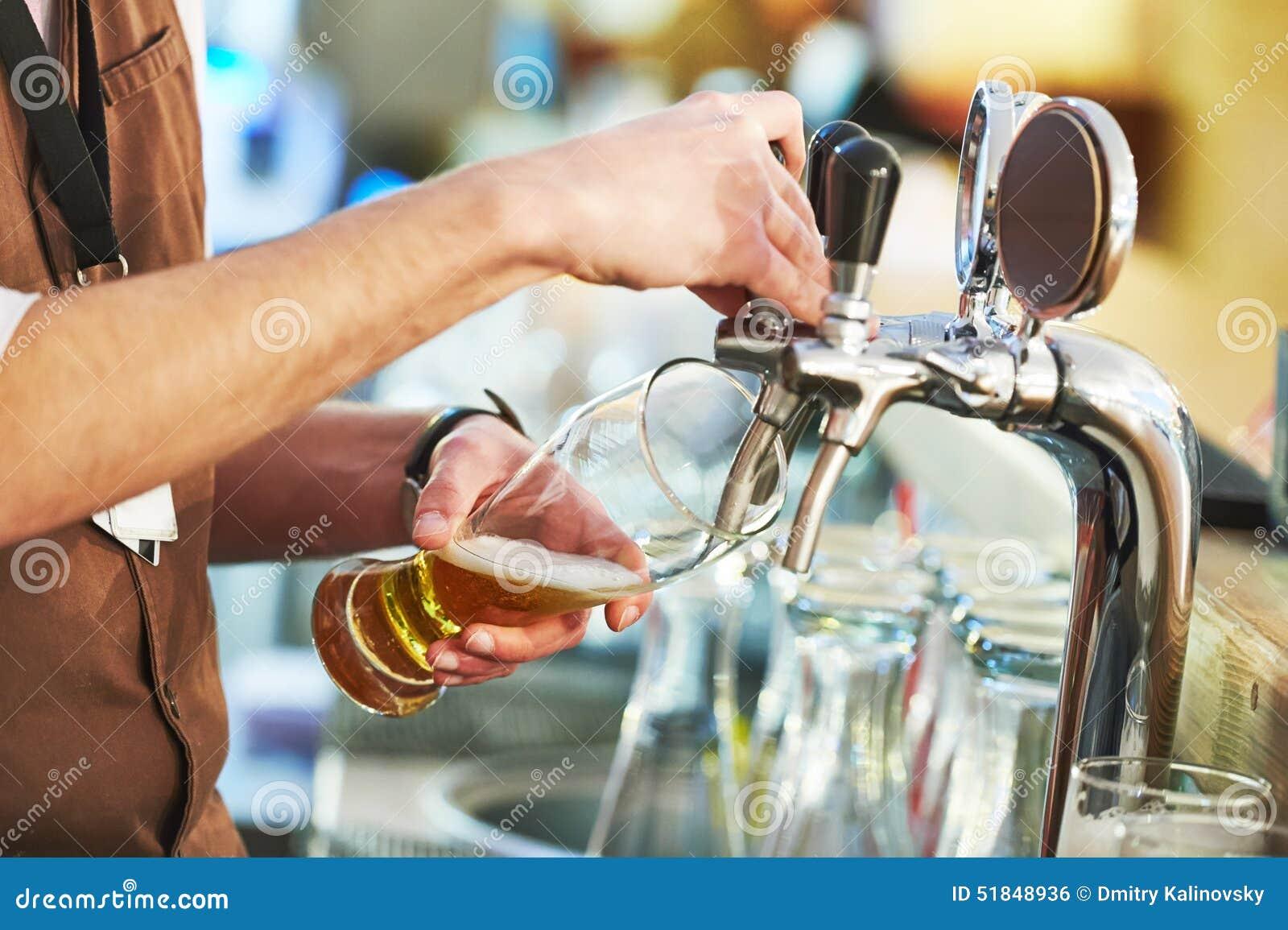 Пиво бармена лить
