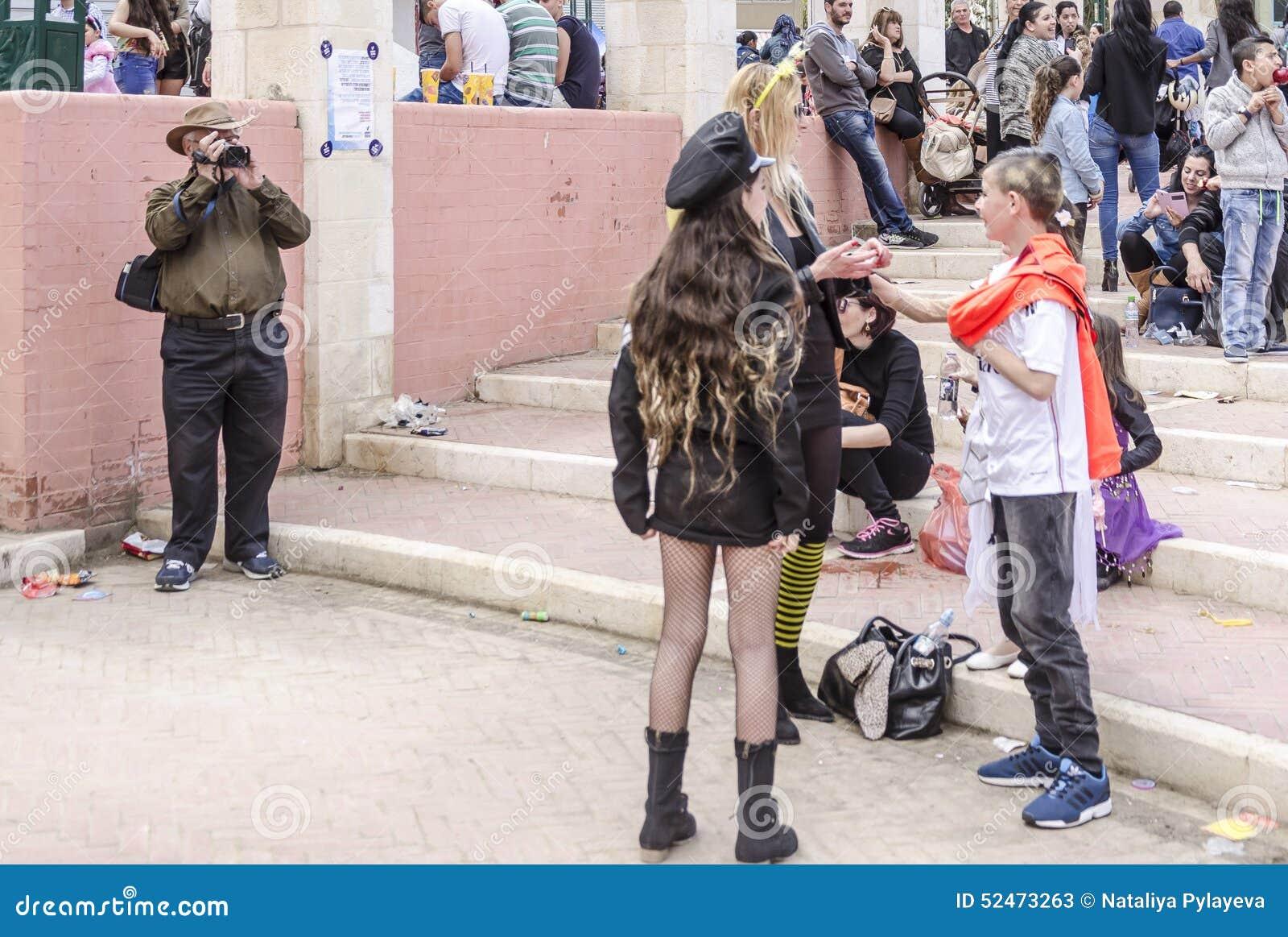 Девушка снимает костюм, ебля толстым коротким хуем