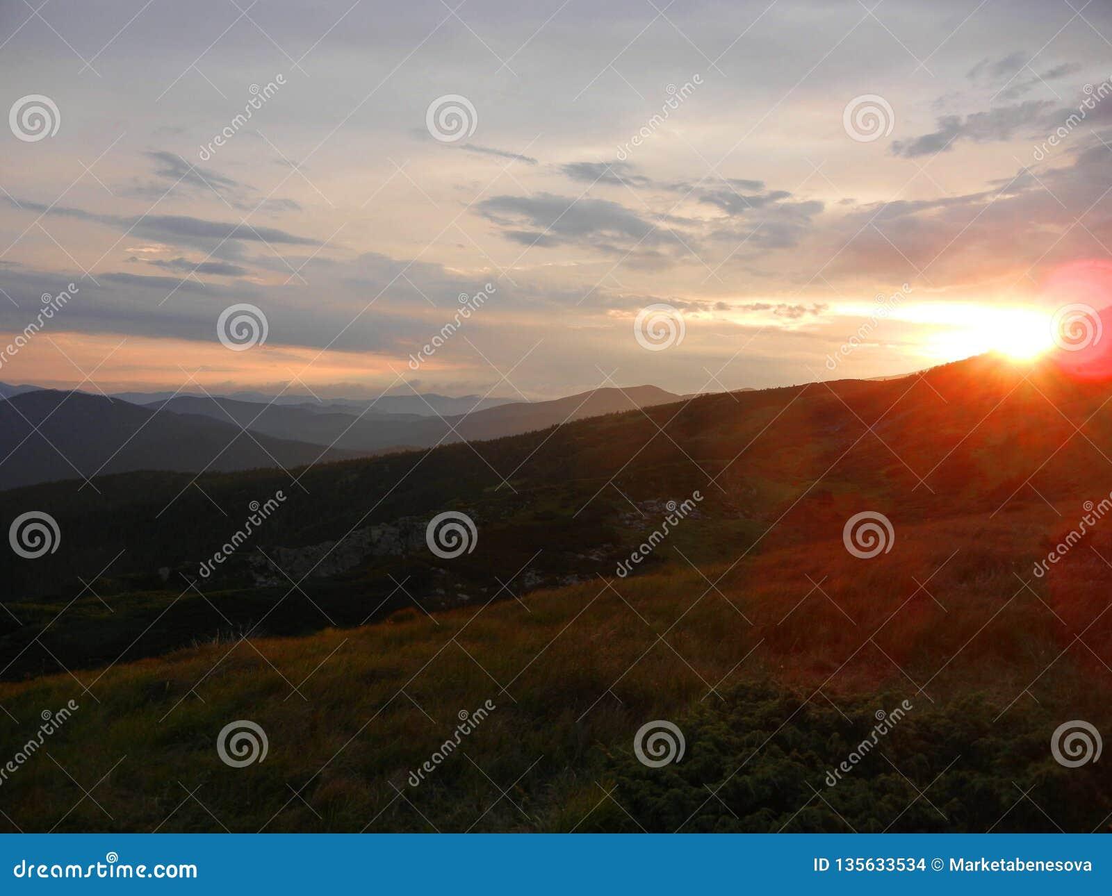 Пинк и оранжевый заход солнца в горах