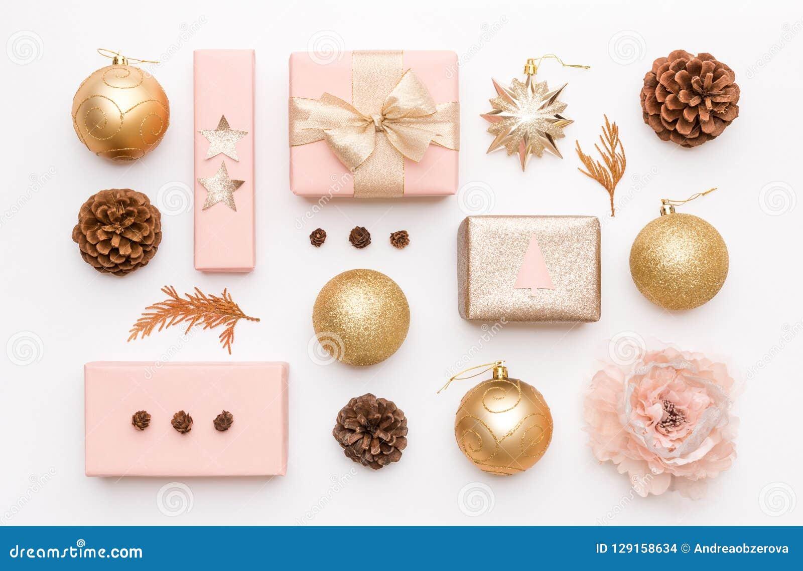 Пинк и подарки рождества золота изолированные на белой предпосылке Обернутые коробки xmas, орнаменты рождества, безделушки и кону